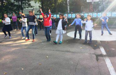 12 сентября во время прогулки в АНО «Частная школа «Премьер» прошел танцевальный флеш-моб для учеников 1-4 классов.