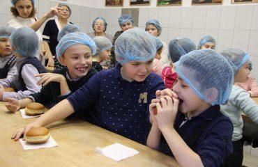 6 декабря обучающиеся 1-4 классов школы «Премьер» побывали  на интересной экскурсии в хлебопекарне «Хлебные традиции» 2
