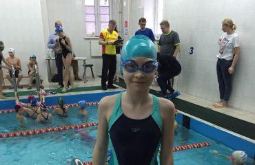 На городских соревнованиях по плаванию среди частных школ спортсмены «Премьера» завоевали 3 награды 4
