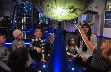 В преддверии  Дня  Космонавтики обучающиеся всех классов школы «Премьер» побывали на интересной и познавательной экскурсии в московском Планетарии 11