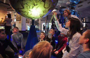В преддверии  Дня  Космонавтики обучающиеся всех классов школы «Премьер» побывали на интересной и познавательной экскурсии в московском Планетарии 12