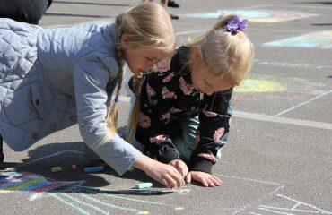 Традиционный   конкурс  рисунков на асфальте прошёл в школе «Премьер» 11 мая 13