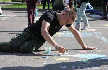 Традиционный   конкурс  рисунков на асфальте прошёл в школе «Премьер» 11 мая 16