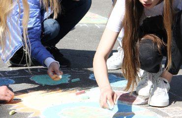 Традиционный   конкурс  рисунков на асфальте прошёл в школе «Премьер» 11 мая 18