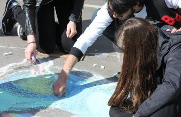Традиционный   конкурс  рисунков на асфальте прошёл в школе «Премьер» 11 мая 19