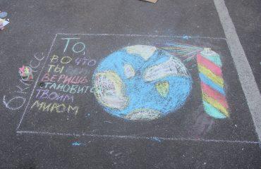 Традиционный   конкурс  рисунков на асфальте прошёл в школе «Премьер» 11 мая 20