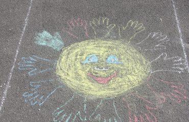 Традиционный   конкурс  рисунков на асфальте прошёл в школе «Премьер» 11 мая 22