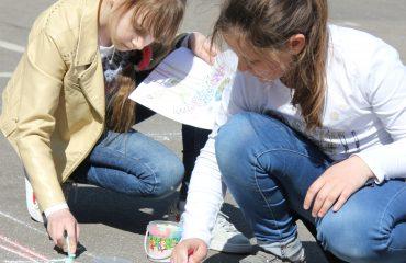 Традиционный   конкурс  рисунков на асфальте прошёл в школе «Премьер» 11 мая 4