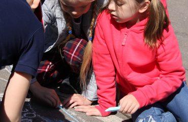 Традиционный   конкурс  рисунков на асфальте прошёл в школе «Премьер» 11 мая 7