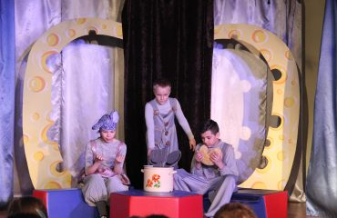 В конце апреля театр-студия «Поколение» представила для обучающихся начальной школы  «Премьер» спектакль «Все мыши любят сыр» 1