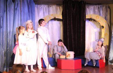 В конце апреля театр-студия «Поколение» представила для обучающихся начальной школы  «Премьер» спектакль «Все мыши любят сыр» 2