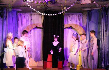 В конце апреля театр-студия «Поколение» представила для обучающихся начальной школы  «Премьер» спектакль «Все мыши любят сыр» 3
