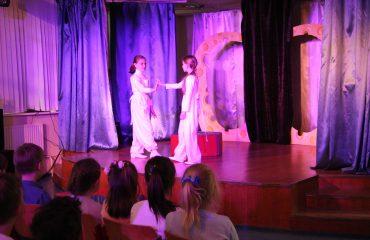 В конце апреля театр-студия «Поколение» представила для обучающихся начальной школы  «Премьер» спектакль «Все мыши любят сыр» 4