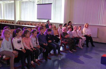 В конце апреля театр-студия «Поколение» представила для обучающихся начальной школы  «Премьер» спектакль «Все мыши любят сыр» 5