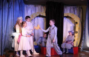 В конце апреля театр-студия «Поколение» представила для обучающихся начальной школы  «Премьер» спектакль «Все мыши любят сыр» 6