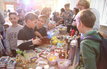 13 апреля в Школе «Премьер» прошла традиционная благотворительная пасхальная ярмарка 31